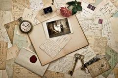 Старые письма, фотоснимки и открытки венчание сети шаблона страницы приветствию карточки предпосылки всеобщее Стоковое Фото