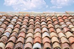 Старые плитки крыши стоковые изображения