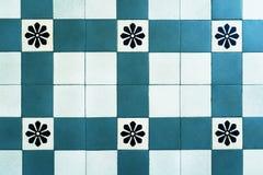 Старые плитки пола, красивый орнамент bluets стоковая фотография rf