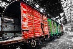 Старые поезда на покинутом депо поезда Стоковое Фото