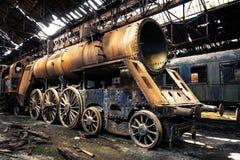 Старые поезда на покинутом депо поезда Стоковые Изображения RF