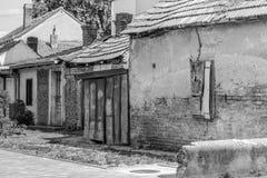 Старые покинутые выдержанные дома, чернота & белизна Стоковая Фотография RF