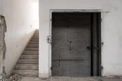Старые покинутые двери лифта Стоковое Изображение