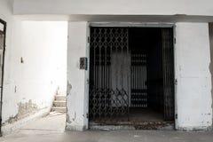 Старые покинутые двери лифта Стоковое фото RF