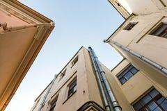 Старые покинутые здания на ясной предпосылке голубого неба узкое cou Стоковое фото RF