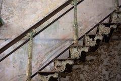 Старые покинутые лестницы с краской шелушения стоковое фото