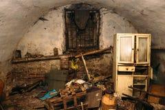 Старые покинутые пакостные укрытие или подвал бродяги Стоковое Фото
