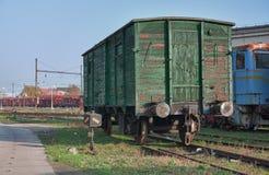 Старые покинутые поезда на депо в солнечном дне Стоковая Фотография RF