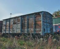 Старые покинутые поезда на депо в солнечном дне Стоковая Фотография