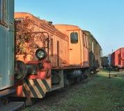 Старые покинутые поезда на депо в солнечном дне Стоковые Фотографии RF
