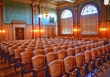 Старые посадочные места зрителя зала судебных заседаний Стоковые Фото