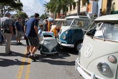 Старые припаркованные microbuses VW и люди Стоковая Фотография RF