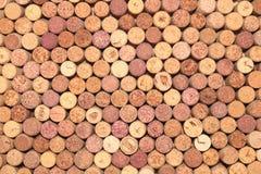 Старые пробочки вина от красного вина среди используемой предпосылки пробочки пробочек вина абстрактной коричневой стоковое изображение rf