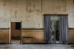 Старые пугающие двери в старой школе! Стоковые Фотографии RF