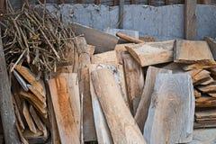 Старые планки и ветви в деревянной стене Стоковое Изображение