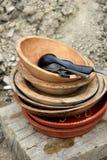 Старые плиты гончарни и деревянные шары на таблице Стоковые Фотографии RF