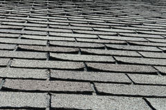 Старые плохие и завивая гонт крыши на доме или доме Стоковое фото RF