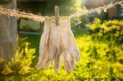 Старые работая перчатки ткани высушены на шпагате после мыть Предохранение от руки Стоковые Фотографии RF