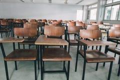 Старые разбросанные стулья в классе Стул студента стоковые изображения rf