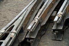 Старые разобранные рельсы трамвая с поворачивая ложью механизма на асфальте Дороги и городская экономика Металлолом стоковое фото rf