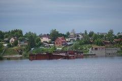 Старые разрушенные покинутые корабли и оборудование для конструкции дальше Стоковые Изображения