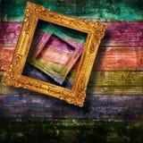 Старые рамки вися на деревянной стене Стоковое Изображение RF