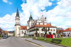 Старые ратуша и базилика St James в предпосылке на мастерском квадрате Paul's в Levoca - ЮНЕСКО СЛОВАКИИ стоковые фото