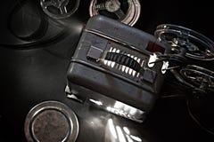 Старые репроектор и кассеты кино в темноте стоковое фото