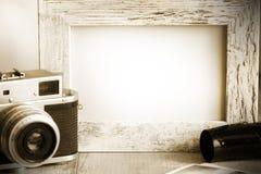 Старые ретро камера и фото обрамляют винтажную предпосылку стоковое изображение rf