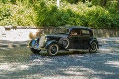 Старые ретро участие VOLVO АМАЗОНКИ 121 автомобиля принимая в гонке Лео Стоковое Изображение RF
