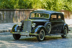 Старые ретро участие VOLVO АМАЗОНКИ 121 автомобиля принимая в гонке Лео Стоковая Фотография