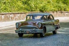 Старые ретро участие VOLVO АМАЗОНКИ 121 автомобиля принимая в гонке Лео Стоковая Фотография RF