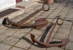 Старые ржавые анкеры подняли от дна Балтийского моря Стоковое Изображение