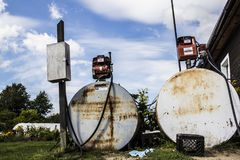 Старые ржавые бензобаки Стоковое Изображение