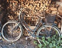 Старые ржавые велосипеды быть неиспользованный в течение длительного времени на годе сбора винограда предпосылки швырка стоковое изображение