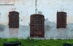 Старые ржавые дверь и окна Стоковые Изображения