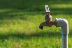 Старые ржавые водопроводные краны в запачканной предпосылке Стоковые Фотографии RF