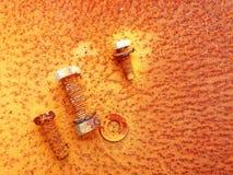 Старые ржавые гайки, винты и болты на предпосылке стали ржавчины стоковое фото rf