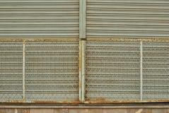 Старые ржавые железные стробы запертые стоковое изображение rf