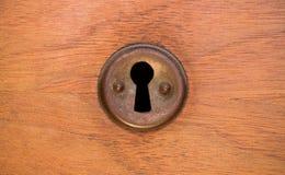 Старые ржавые и пылевоздушные обои keyhole Винтажный keyhole на старой деревянной предпосылке двери keyhole двери старый Стоковое фото RF