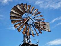 Старые ржавые лезвия насоса ветра против голубого неба стоковые изображения