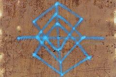 Старые ржавые металлопластинчатые граффити Стоковая Фотография