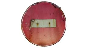 Старые ржавые поцарапанные вокруг красного ` дорожного знака не вписывают ` Стоковая Фотография