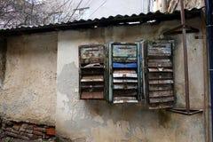 Старые ржавые сломанные коробки почты Устарелые почтовые ящики Стоковые Изображения RF