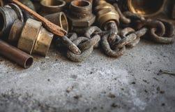 Старые ржавые трубы, цепь, инструменты ands Гараж, водопроводчик и концепция ремонта стоковое фото
