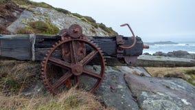 Старые ржавые шестерни на холме стоковые фотографии rf
