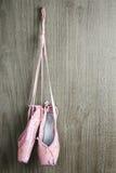 Старые розовые ботинки балета Стоковые Изображения