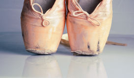 Старые розовые ботинки pointe балета Стоковые Изображения