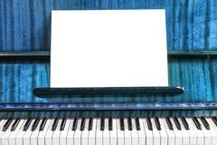 Старые рояль и ноты стоковые изображения