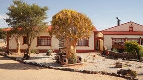 Старые руины автомобиля на придорожном ресторане каньона в Намибии Стоковые Изображения RF